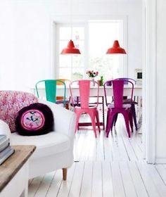 1.k Cadeiras coloridas em ambiente branco