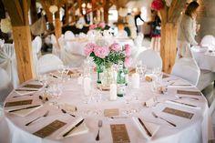 Tischdeko mit Pfingstrosen und Stumpenkerzen - aber auf runden Tischen