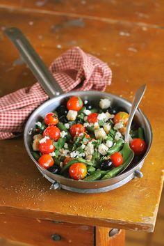 Rica ensalada griega de tofu para los amantes de este alimento. Delicioso.