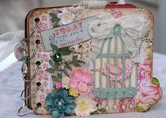 Birdcage mini album / Muy bonito! Con ideas de diseño en las páginas interiores, con muchas tags y bolsillos.