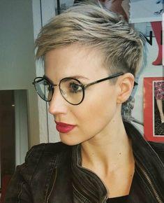 Blond Pixie mit Brille