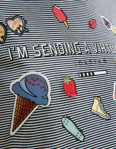 Camiseta BSK rayas texto, parches y pins. Descubre ésta y muchas otras prendas en Bershka con nuevos productos cada semana