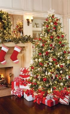 Ultimate Christmas Tree Inspiration When it comes to decorating, my favourite part is the TREE. I love to create a beautiful Christmas tree. Here is the Ultimate christmas tree Inspiration! Noel Christmas, All Things Christmas, Rustic Christmas, Homemade Christmas, Christmas Ideas, Minimal Christmas, Christmas Tree Gold And Red, Traditional Christmas Tree, Christmas Photos