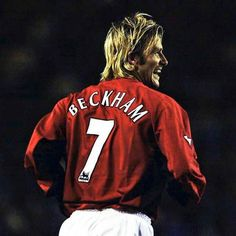 David Beckham Football, David Beckham Family, David Beckham Manchester United, Manchester United Football, Eric Cantona, Soccer Stars, Cristiano Ronaldo, Action Poses, Premier League