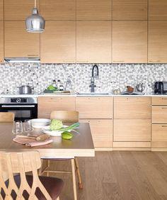 Puun sävyt tuovat lämpöä keittiöön. Koskeltus tammiviiliovet ja Silestone Eternel Calcatta Gold kvartsitasot luovat kauniin yhdistelmän. Kitchen, Decor, Home Decor, Kitchen Island