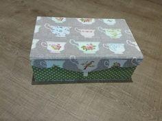 J ai réalisé  cette jolie boîte à thé aimanté, elle est recouverte d un tissu tilda mondial tissu nimes , d un pois  vert tilda de chez dotty rose et d un ruban de chez Omar idéal tissu lunel. Les tissus tilda sont toujours très Beaux!  A Bientôt!  Fatima