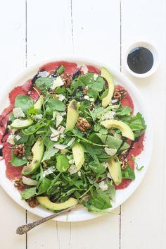 Carpaccio staat veelal bekend als voorgerecht maar je kunt er ook een heerlijke salade van maken. Met wat groen zoals spinazie en avocado, parmezaanse kaas en balsamico maak je er binnen no time een gezonde lunch van. Het lekkerst is als je de slager vraagt om de carpaccio vers voor je af...