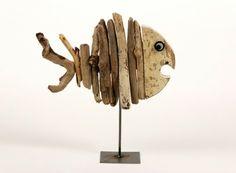 Pesce assemblato con legno spiaggiato e base in ferro