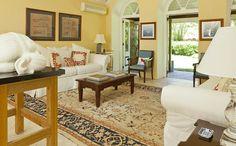 A casa tem decks superiores e inferiores, um mirante e quatro banheiros - Clique na imagem para ver a matéria!