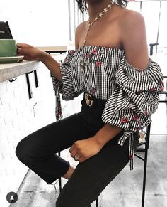 Off the shoulder gingham blouse with puffy sleeves. Black jeans and gold jewellery. Chic and sophisticated look.