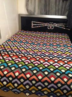 I havent idea how this blanket knitted but i love it bcs wonderfull isn't it? if you know, how this blanket knitted please tell me . Crochet Bedspread, Crochet Quilt, Granny Square Crochet Pattern, Crochet Pillow, Crochet Stitches Patterns, Crochet Squares, Crochet Granny, Crochet Blankets, Scrap Yarn Crochet