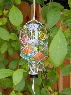 10 Garden crafts that are perfect for spring from @craftgossip.  Hmmm, maybe rework it as a hummingbird feeder?