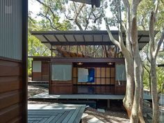 Pavilion house in Australia open to a lush landscape