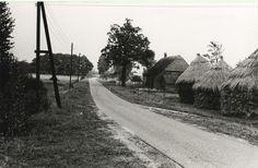 Agrarische omgeving: boerderijen op Kerkenhuis met de huisnr,s 5 en 3. Gemeente Someren : Heuvel, Jan van den (fotograaf) -1960