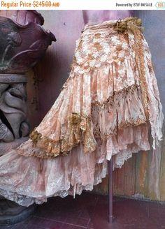 falda de boda, falda rota, mellas de stevie, falda Bohemia, boho falda, falda de gitana, lagenlook falda, falda de roble, mal abrigo...  ella s un abrigo bohemio absolutamente magnífico alrededor shabby falda en color marfil, tonos beiges y moho asperjado sobre pintura de tela metálica de cobre y besó con brocade nupcial cordones, cordones novia algodón surtido, red, ajustes de color de rosa, crochet y detalles shabby con rosas donde ella lazos dándole un shabby chic sientan... estas piezas…