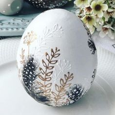 ★ Easter eggs are nothing but a canvas to your imagination! Do you know how you will decorate them this year? Let us inspire you: lots of pics of homemade painted eggs and DIY decorating & coloring ideas are here. ★ Easter Eggs With Simple Floral Decor Diy Ostern, Easter Parade, Egg Art, Egg Decorating, Decorating Easter Eggs, Easter Decor, Easter Crafts, Easter Ideas, Easter Subday