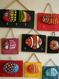 Pebbles: 25 ideas for creative art inspiration : Pebble art The … the flood of ideas for Do It Yourself constructions – the internet often leads to confusing real art forms from surface-object processing techniques. For example, pebbles belong t… Stone Crafts, Rock Crafts, Diy And Crafts, Arts And Crafts, Decor Crafts, Yarn Crafts, Pebble Painting, Pebble Art, Stone Painting