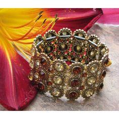 Bracelet élastique doré orné de cristaux bruns.