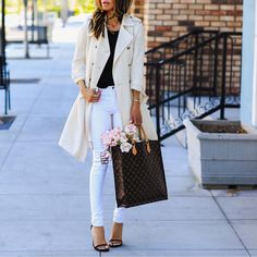 Elegant trench coat, white jeans, strap sandals and Louis Vuitton bag for spring style. Spring outfits with white jeans White Jeans Outfit, Cool Outfits, Fashion Outfits, Fashion Styles, Spring Street Style, Spring Style, Cool Style, My Style, White Denim