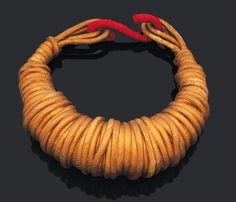 CHRISTIAN ASTUGUEVIEILLE -   Important collier torque en corde de coton peint à l'or. 1988 Pièce unique. Commande spéciale pour « Clohé ». D_16 cm (int.) & D_19 cm (ext.) Bibliographie: Le collier est reproduit à la page 91 du livre « Les Paruriers » Bijoux de la Haute Couture, F. Müller, P. Sigal-Grand, Hornu Images, Fonds Mercator, Bruxelles, 2006. Provenance: Collection privée, Belgique (estimation entre 1000 et 1500€)  mon rêve !!!!!!!!