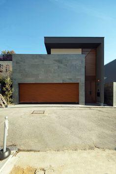 スタイリッシュな外観: TERAJIMA ARCHITECTSが手掛けた一戸建て住宅です。