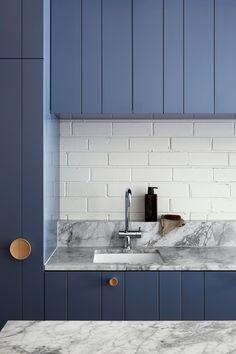 lisa-breeze-fitzroy-north-blue-kitchen-2.jpeg 1,333×2,000 pixels