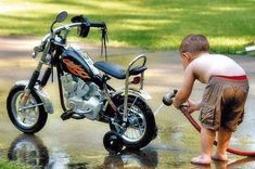Humour Photos fun On ne naît pas motard, on le devient ! Biker Baby, Motorcycle Baby, Motorcycle Design, Bagger Motorcycle, Bicycle Design, Good Morning Happy Weekend, Happy Weekend Quotes, Ride Out, Funny Baby Pictures