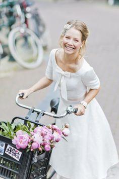 kurzes 50s Brautkleid mit Ärmeln, rundem Ausschnitt, Schleife und bestickter Seide mit Punkten und rosa Petticoat.