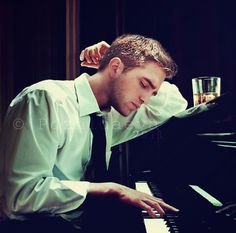 He makes this same face every time he plays a piano. It's so sexy!