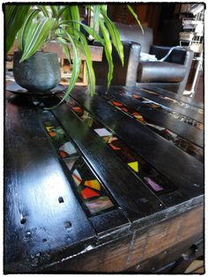 Sweet coffee table made from a pallet and glass mosaic.  Tutorial is in French, but fairly self-explanatory (and google translate might help too)