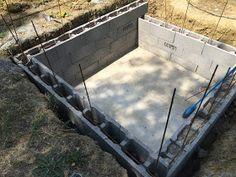 Construction d'une petite piscine en béton équipée spa: Début de la construction piscine béton Mini Pool, Beton Diy, Building A Pool, Modern Patio, Garden Bridge, Swimming Pools, Outdoor Structures, Deco, House Styles
