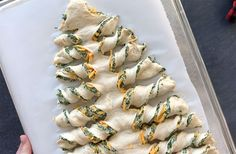Christmas tree spinach dip breadsticks - It's Always Autumn This is such a cute holiday appetizer idea! Breadsticks stuffed with spinach dip in the shape of a Christmas tree. Christmas Appetizers, Appetizers For Party, Appetizer Recipes, Tree Spinach, Snacks Sains, Appetisers, Clean Eating Snacks, Cheddar, Holiday Recipes