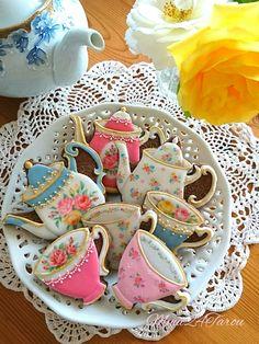 # 5 - Rose Tea Set Cookies von myui - Diane's Tea cup cookies - Cake Mother's Day Cookies, Fancy Cookies, Iced Cookies, Sugar Cookies, Iced Biscuits, Cookies Et Biscuits, Teapot Cookies, Vintage Tea Parties, Vintage Party