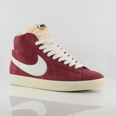 Blazer Mid Vintage Suede in Team Red - Sail. Must have colour for this season!