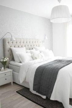 la plus belle chambre a coucher avec beaucoup de lumiere et tete de lit captionné