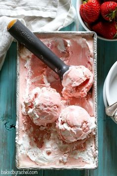 Creamy homemade strawberry meringue ice cream recipe from Rachel {Baked by Rache. Ice Cream Pops, Ice Cream Treats, Ice Cream Desserts, Köstliche Desserts, Frozen Desserts, Ice Cream Recipes, Frozen Treats, Delicious Desserts, Dessert Recipes