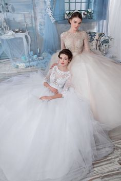Интересное свадебное платье с кружевным верхом и рукавами и фатиновой юбкой