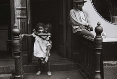 Helen Levitt, Man watching girl on back, New York, 1940.