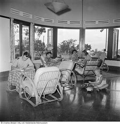 Nederlanders zitten in de recreatiezaal van een villa in een verlofcentrum voor ambtenaren te Bandung, Indonesië. 1947-1949 Dutch East Indies, Coworking Space, Outdoor Furniture Sets, Outdoor Decor, Set Design, Design Ideas, History, Architecture, Furnitures