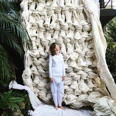 """Jacqui Fink, es una mujer australiana de 42 años que se especializa en tejido extremo. Jacqui hace cobertores, instalaciones y en abril del 2012 lanzó su propio negocio, Little Dandelion. A veces usa agujas enormes para algunas de sus piezas, para otras, utiliza sus manos y le llama """"tejido manual"""". Ella dice que tejer es..."""