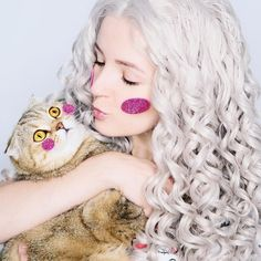 Such cute beauty and her lovely cat.guyssee our sweet honey @elmofeo is so pretty in Grey Long Curly Wig.Girlsdo you like them?wig sku:edw306  Use Coupon Code: INSTA To Get 5% Off on your orderwww.everydaywigs.com  #everydaywigs#laceftontwig #hair #wig#hairdtyle#summerhair #greyhair