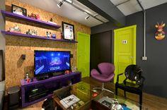 Quem diria que caberiam tantas cores em apenas 67 metros quadrados! No apartamento da arquiteta Luana Fernandes, sócia de Carla Tortelli no escritório Arquitetando Ideias, tons vibrantes como verde-limão, roxo e azul pontuam os espaços de forma divertida e surpreendente. As escolhas, muito bem estudadas, têm a ver com a intenção de causar um grande …