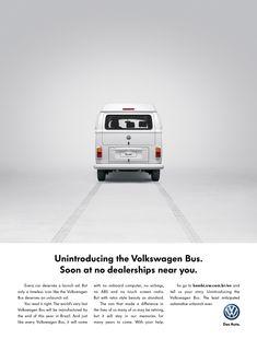 """ワーゲンバス」の愛称で知られるフォルクスワーゲンの「タイプ2」マイクロバス。  ブラジルでは「Kombi」という名称で知られ愛されてきましたが、発売から56年目となる今年、同国においてその生産を終了.。 その下に続くメッセージには、「どんな自動車も発売時には大々的に宣伝される価値がありますが、生産終了の時点で(こんな風に)広告を制作される""""歴史に燦然と名を残す自動車""""は限られています」といった、kombiの偉大さを綴る内容が記載されています。"""