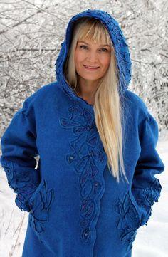Несмотря на фасон пальто, оно необычайно женственное. Мне хочется сказать - царственная женственность.