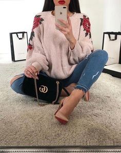 Gorgeous! In love with this pairing. Shoes, bag, top & torn jeans, YES // pinterest: @ arleneeeg