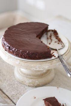 Torta Sacher Senza Glutine è la ricetta della famosa torta al cioccolato e marmellata di albicocche a Basso Indice Glicemico, Senza Glutine e Senza Zucchero