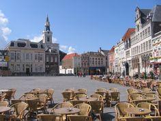 Bergen op Zoom met zijn heerlijke Grote Markt. Daar wonen we nu.