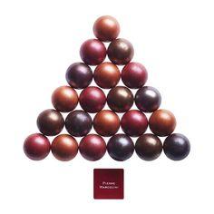 The Fancy Christmas Tree de Pierre Marcolini, véritable sapin à croquer ou jeu de billard ? Les Boules de Noël ont une coque en chocolat fourrée aux différentes sortes de pralinés (ancien, double lait, pistache, brisure de nougat).