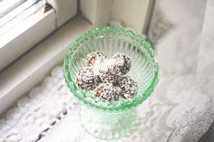 raw-chokladbollar med kakao, dadlar, gojibär, hasselnötter och kokosflakes