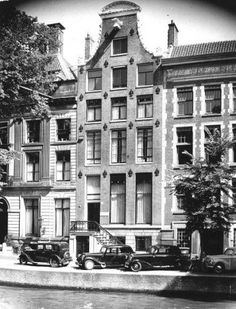 1940's. A view of a canal house in the canal belt of Amsterdam. Photo ANP. #amsterdam #1940
